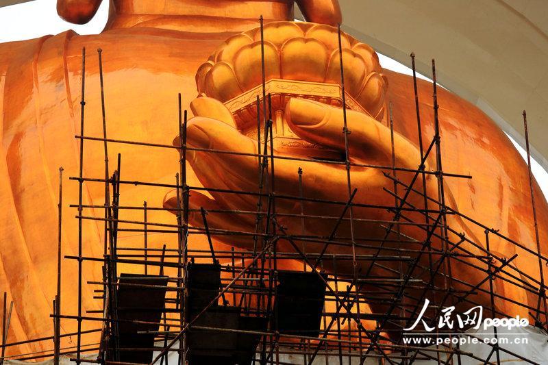 2012年12月16日,江西九江,在建的世界最高阿陀佛铜像——东林大佛工程接近尾声,东林大佛佛首塑金后已经露出真容。