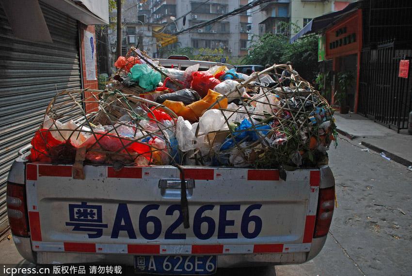城管皮卡被当作垃圾桶扔满了垃圾