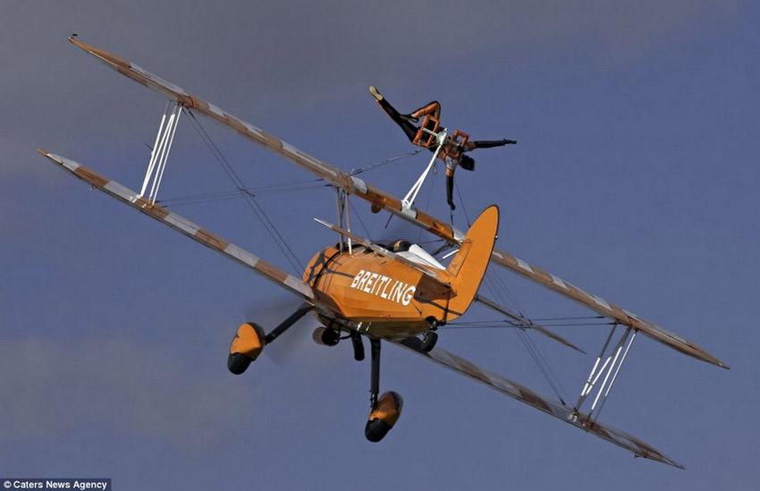 高清组图:3女子300米高空机翼上翩翩起舞【11】