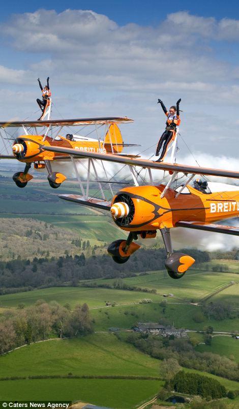 高清组图:3女子300米高空机翼上翩翩起舞【2】
