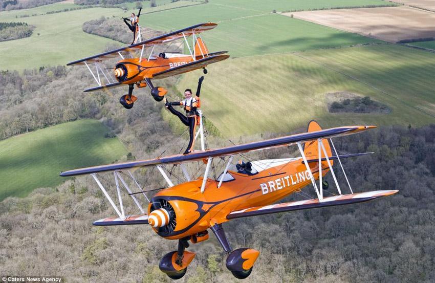 高清组图:3女子300米高空机翼上翩翩起舞【3】