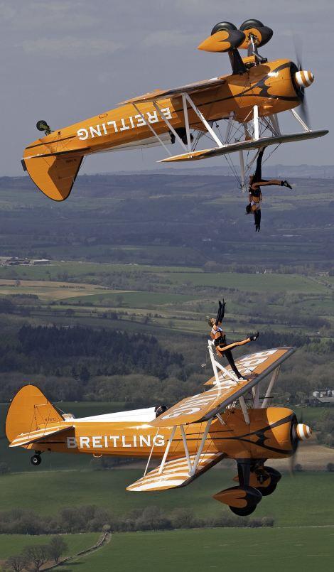 高清组图:3女子300米高空机翼上翩翩起舞【4】
