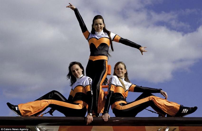 高清组图:3女子300米高空机翼上翩翩起舞【10】