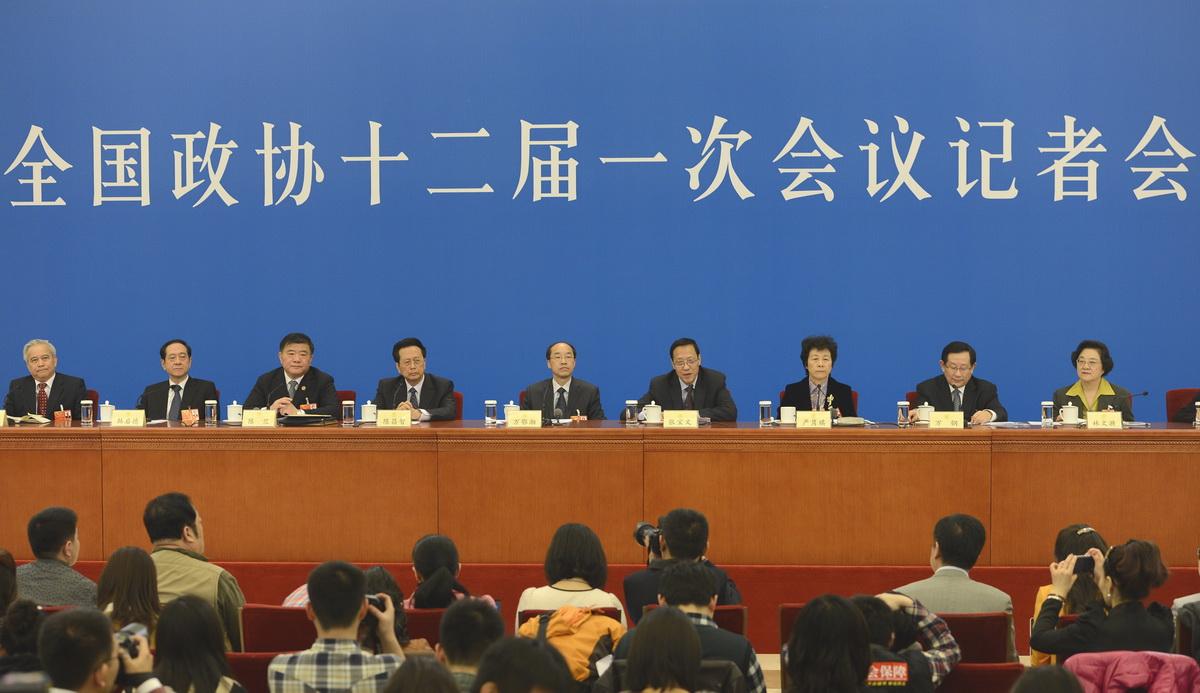2013两会影像 民主党派中央和全国工商联领导人接受采访图片