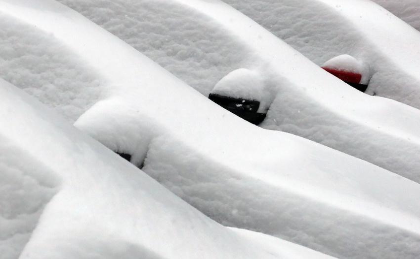 在德国杜塞尔多夫,汽车被雪覆盖.高清图片
