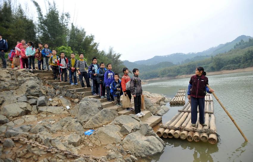 圖片故事:廣西山區孩子們的竹筏涉水求學路