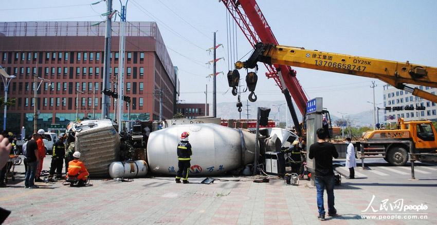 2013年4月15日12时许,浙江省温州市经济技术开发区滨海园区一个交叉路口,一辆水泥搅拌车与面包车发生激烈碰撞。随后,水泥搅拌车侧翻将面包车重重压在下面,面包车驾驶室几乎被压扁。当附近群众都为面包车内人员捏把汗时,赶来的消防救援人员利用吊车将满载水泥的工程车吊起,然后对面包车进行破拆救援,并从车内救出两名男子受伤男子。目前,伤者正在医院进行治疗,事故具体原因交警部门已经展开调查。五六年/东方IC 图片由东方IC供本网专稿,任何网站、报刊、电视台未经东方IC许可,不得部分或全部转载,违者必究!