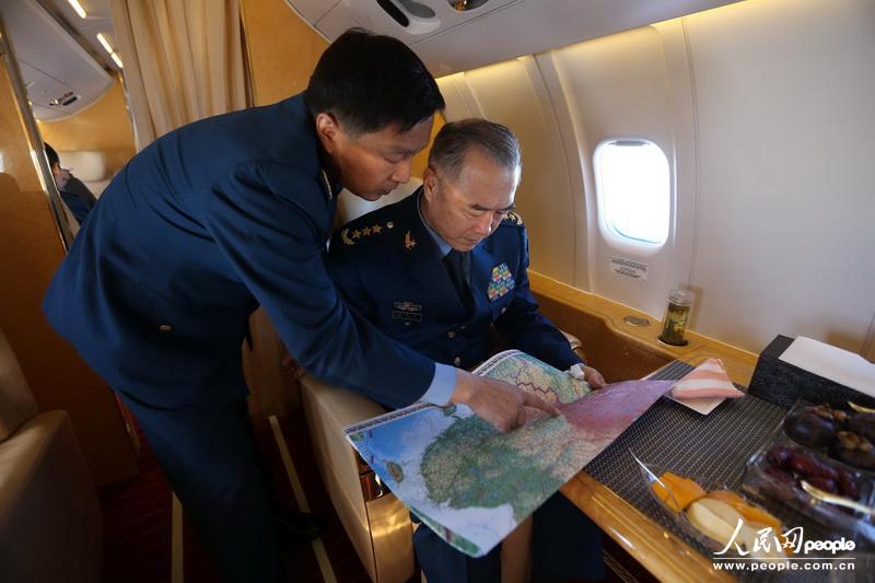 马司令员在飞机上紧急部署抗震救灾工作