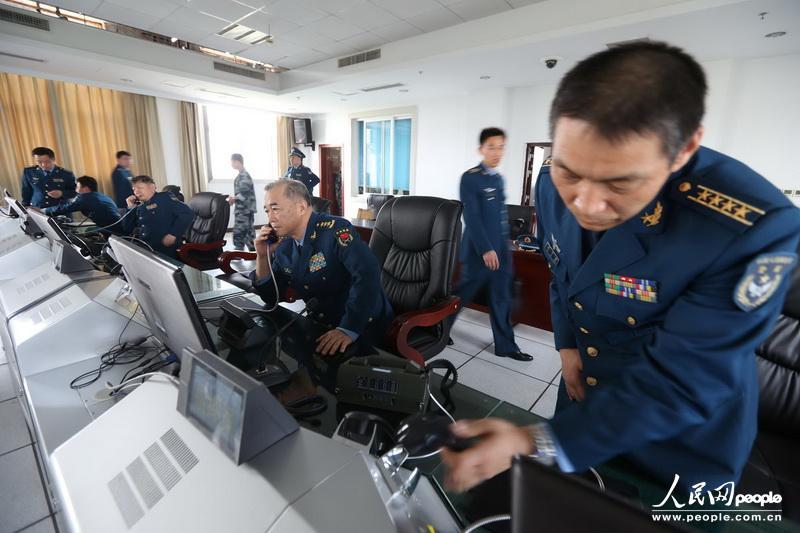 飞机在邛崃机场着陆后,马司令员带领工作组迅速赶赴指挥所了解灾情,部署工作a