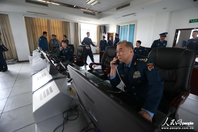 飞机在邛崃机场着陆后,马司令员带领工作组迅速赶赴指挥所了解灾情,部署工作