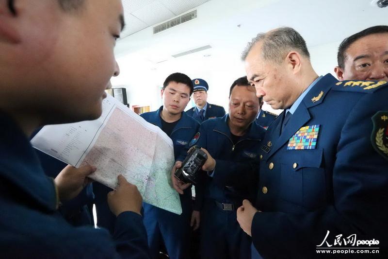 马司令员迅速查看灾情,部署救灾工作。