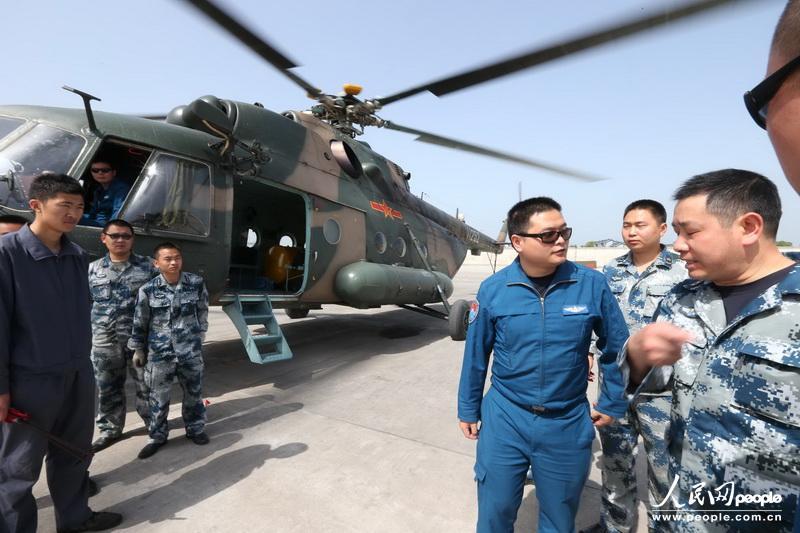 上午10时46分,成空第一架赶赴灾区执行灾情侦查任务的直升机携带灾区的第一手视频和图片资料返回邛崃机场。