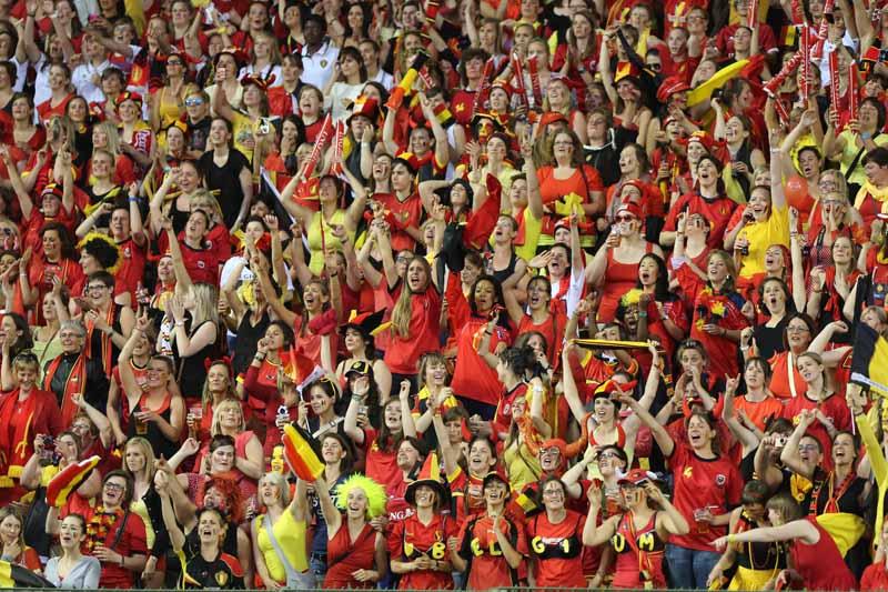 高清:大批比利时美女球迷占领看台助主队获胜