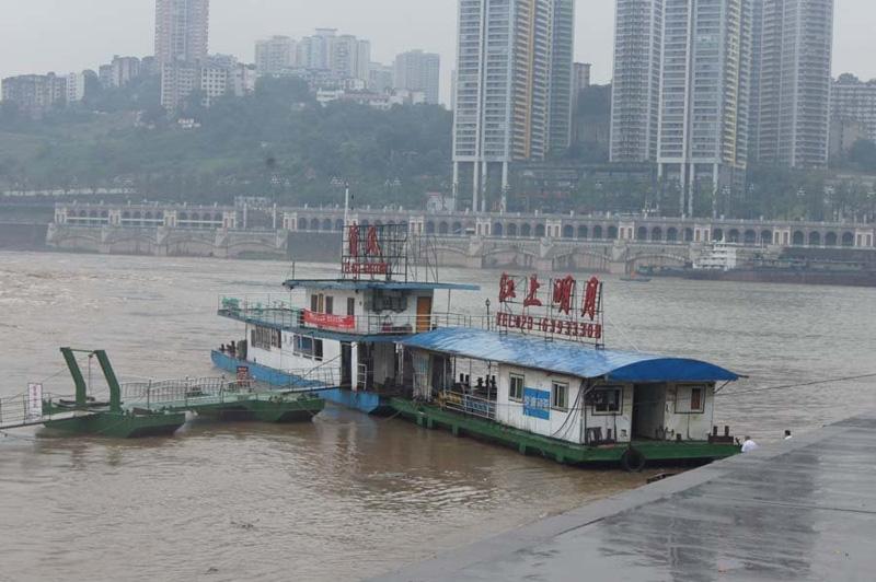 重庆嘉陵江朝天门码头一趸船翻覆5人失踪图片
