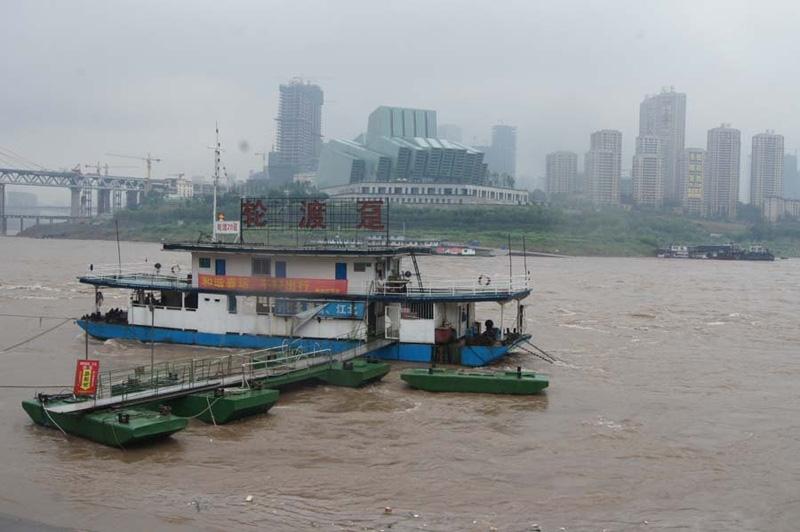 重庆朝天门水域一趸船侧翻 相关部门正全力搜救图片