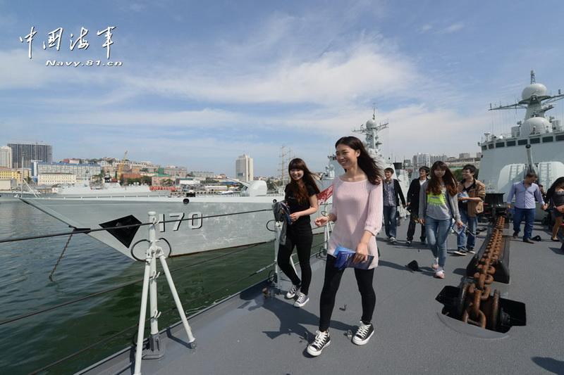 高清:赴俄军演石家庄舰在俄开放 吸引美女参观