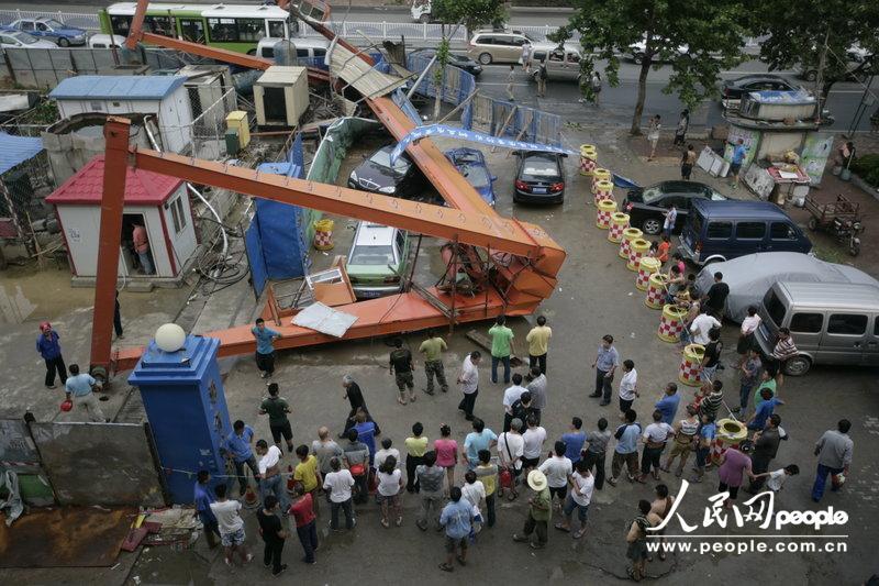 月11日下午,青岛地铁3号线08标保儿站龙门吊倾倒,造成4辆停放图片