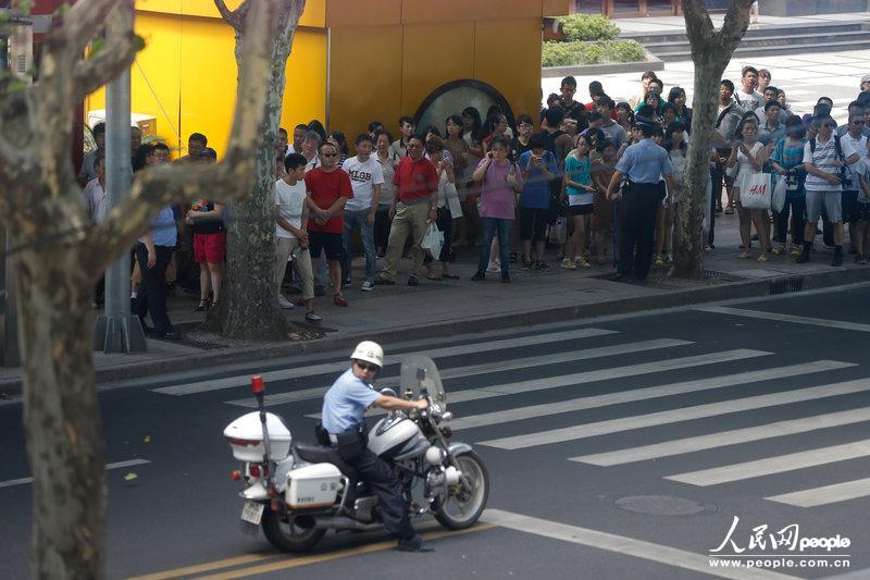 上海:公安局接报路边现可疑木箱  特警现场紧急处置[6]