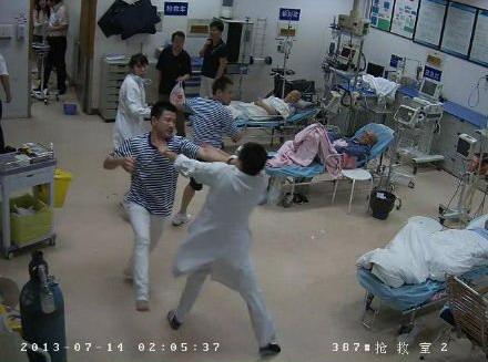 上海/凌晨二点:醉酒患者及同伴大闹急诊科 护士舍身遭重伤其他危重...