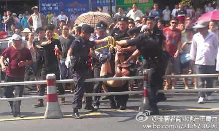 杭州男子超市砍人_杭州一男子持双刀超市砍人被擒获 咬伤两民警【9】