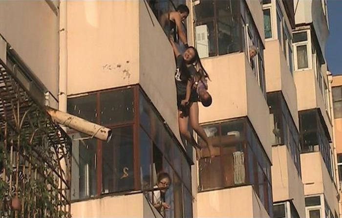 女子5楼跳楼瞬间 被4楼男子一把拽住