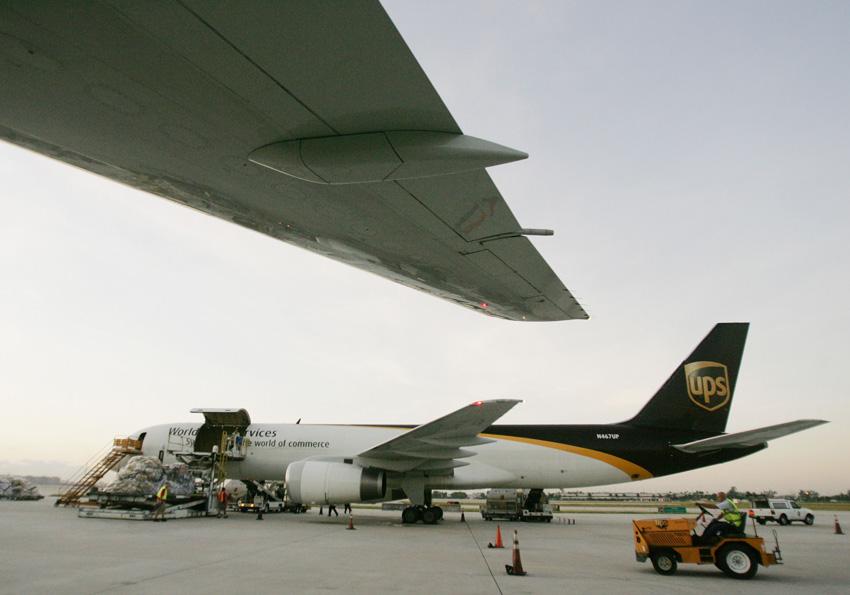 高清:美国一货运飞机失事坠毁