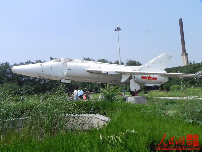 高清:辽宁锦州作为展出的空军飞机被乱刻乱划 [20]