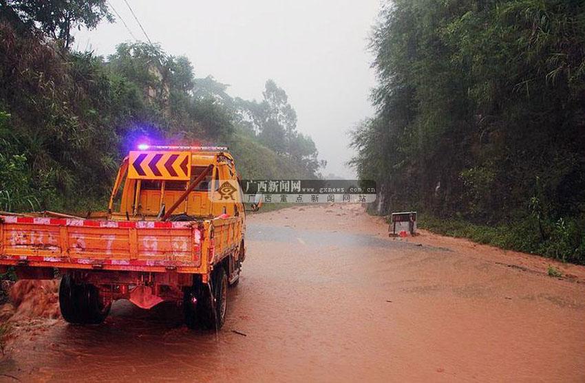 记者20日在广西桂平市紫荆镇花蕾村坡底处了解到,因泥石流塌方及交通