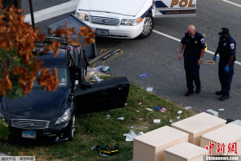 """10月3日,在美国政府关门第三天,国会山附近突然响起枪声,后被证实警方追捕击毙一名不明身份的驾车女子。图为事发现场。 据国会山警局通报,华盛顿时间3日下午2点20分前后,这名女子驾车冲进位于白宫南边的警戒区,在撞伤一名警察后转而向国会山方向驶去。 其后,当局出动警车对她进行追捕。期间这名女子的车辆与一辆警车相撞,车内警察被撞伤,行至国会山附近,警方开枪将她击中。 3日傍晚,国会山警察局宣布,这名女子最终被警方击毙,并证实这起事件""""看上去是孤立事件,目前与恐怖主义无关""""。"""