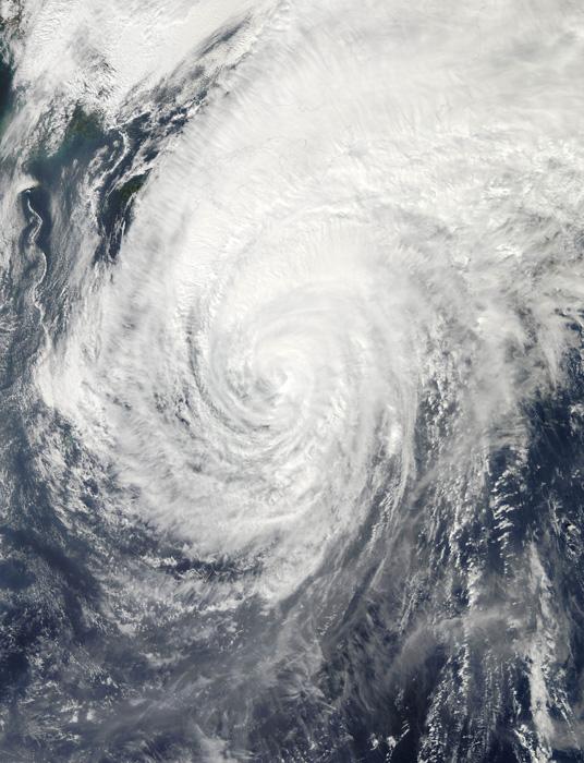 是美国宇航局的卫星10月15日从太空拍摄的日本南部海域的台风卫星图片