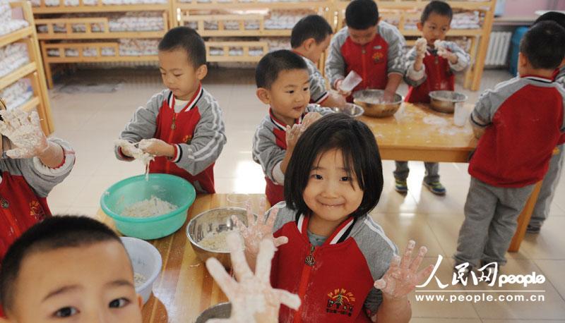 今日立冬 幼儿园小朋友跟老师学和面包饺子