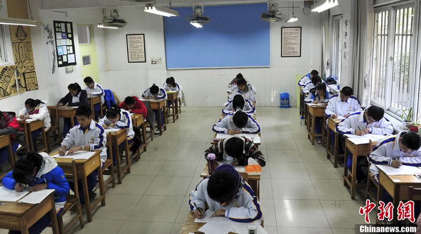 """11月12日,学生在""""诚信考场""""内参加考试。中新社发 张勇 摄"""