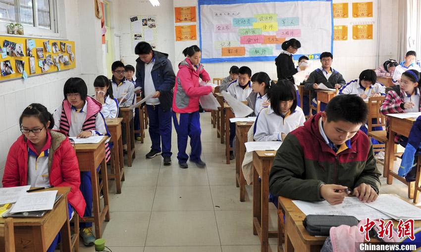 11月12日,考试结束,学生自觉收笔交卷。中新社发 张勇 摄
