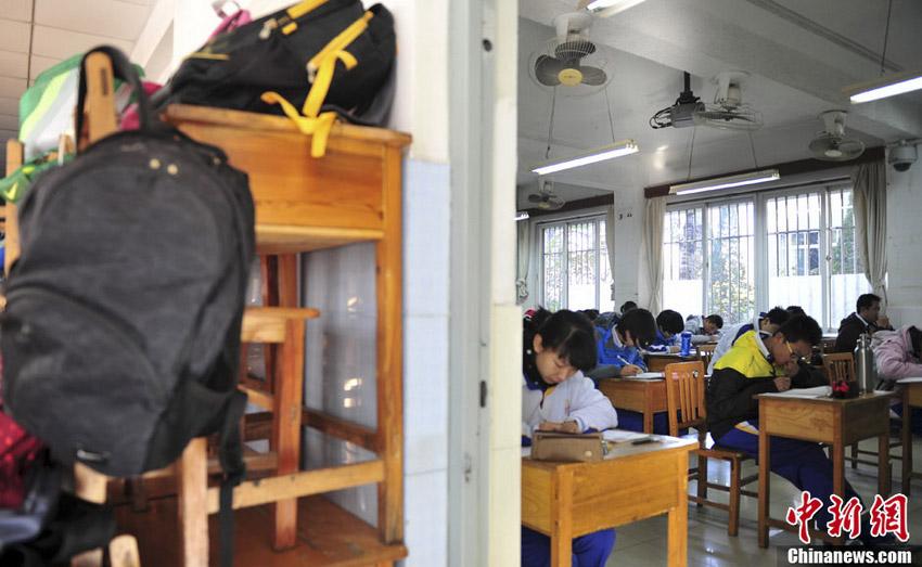 11月12日,学生将与考试无关物品放好,携带必需文具应考。中新社发 张勇 摄