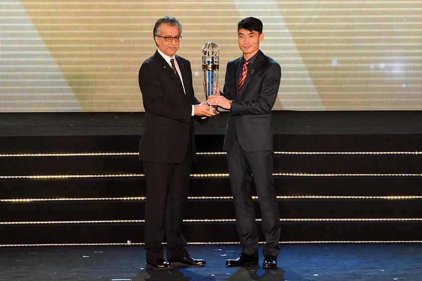 11月26日,亚足联主席萨尔曼为郑智(右)颁发奖杯。新华社记者张纹综摄