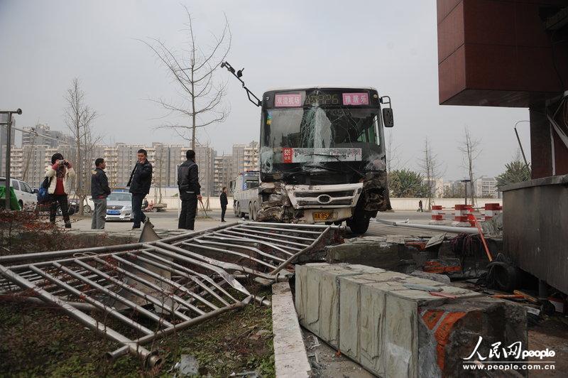 成都一乘客疯抢方向盘致公交失控连撞7车