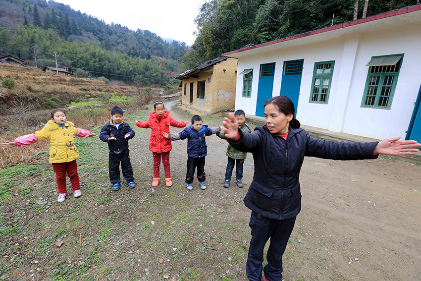老师曾春梅带领学生在教室外锻炼身体