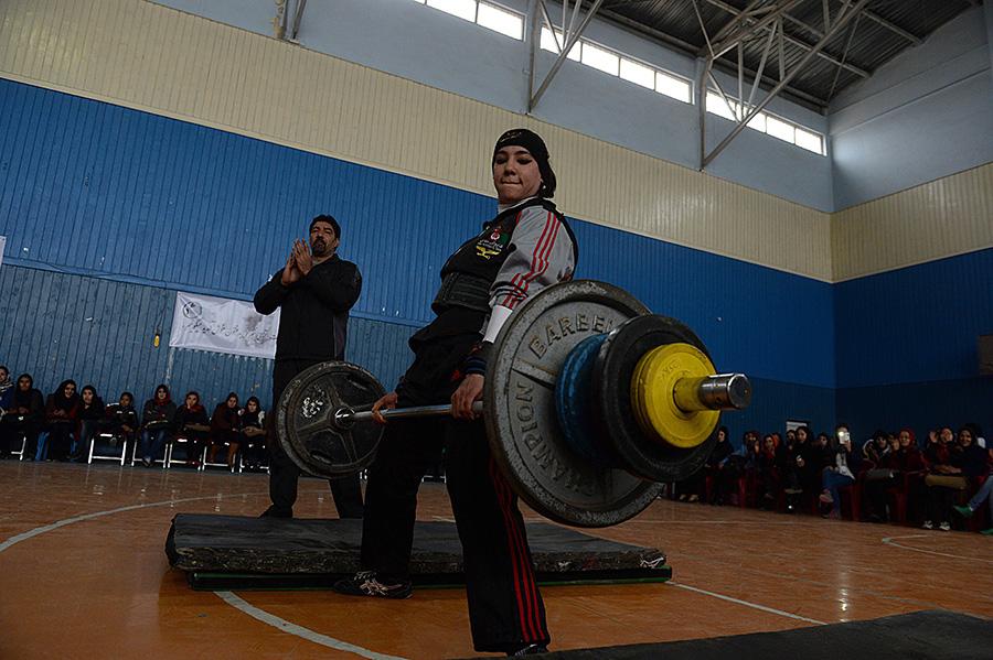 3月8日,在阿富汗喀布爾,一名阿富汗國家女子舉重隊隊員在國際婦女節慶祝活動上表演。新華社/法新