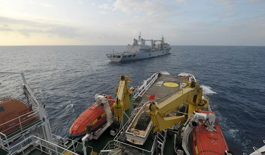 """3月18日,""""南海救101""""在前往新加坡临时集结点的路上与千岛湖舰(远处)"""