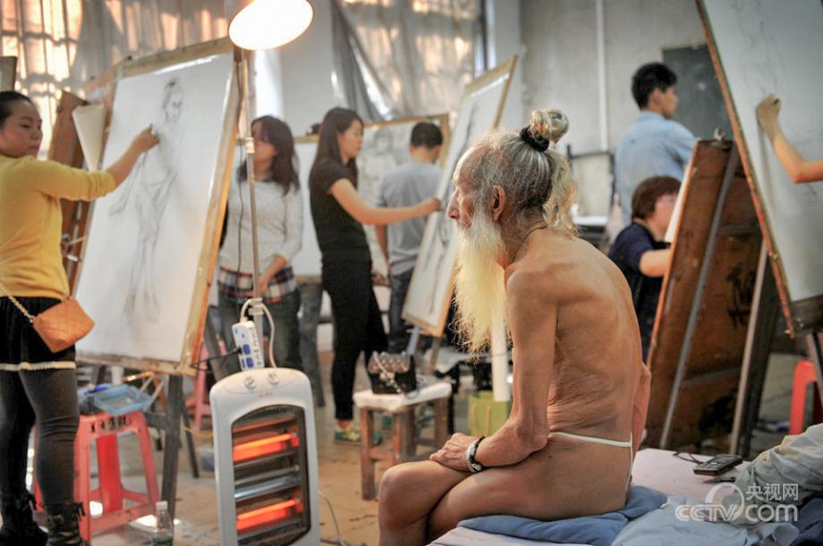 李继胜 广州/2013年10月30日,广州,在华南师范大学做人体模特的93岁...