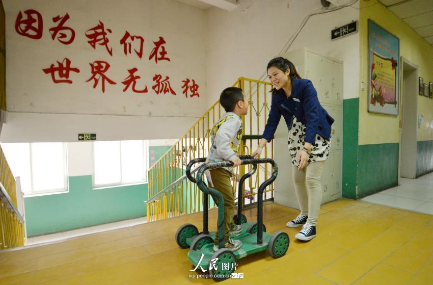 河北邯郸:特教老师用爱心照亮星星的孩子