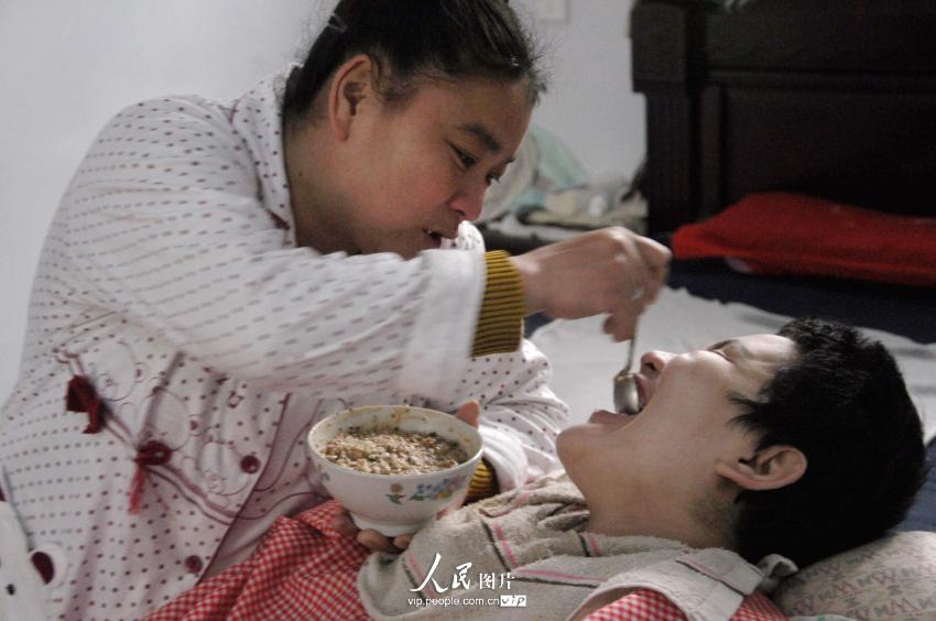崔丽娜病倒之后,只能吃流食,妈妈付大趁用勺子耐心的喂女儿吃饭。