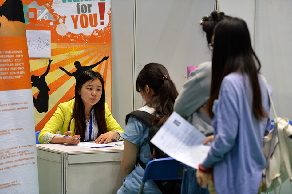 4月29日,大学生在北京工业大学大学毕业生综合双选会上求职.图片