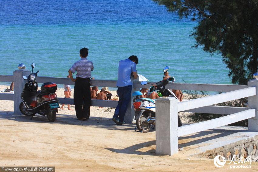 """三亚裸泳有女的_三亚警方整治""""裸晒"""" 已有2人被拘留【6】--图片频道--人民网"""