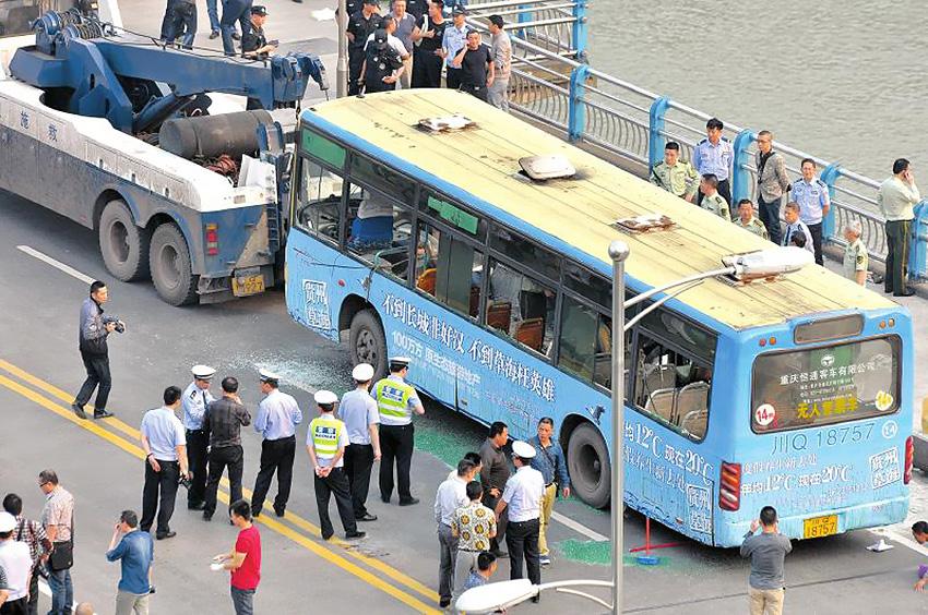 5月12日下午4点50分许,宜宾一辆14路公交车发生燃烧,造成交通中断。周瑜原摄