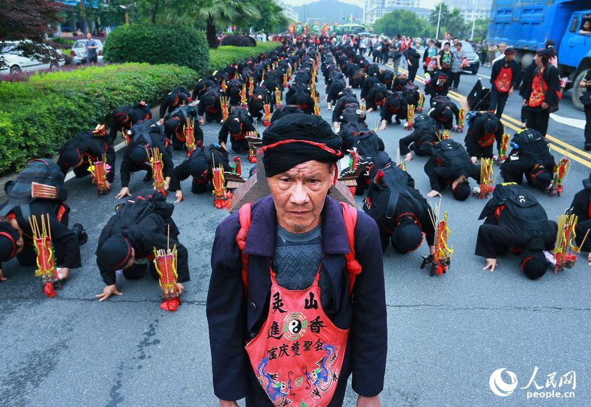 2014年05月26日,湖南省衡阳市,庞大的进香朝圣队伍行进在南岳古镇。彭斌/CFP
