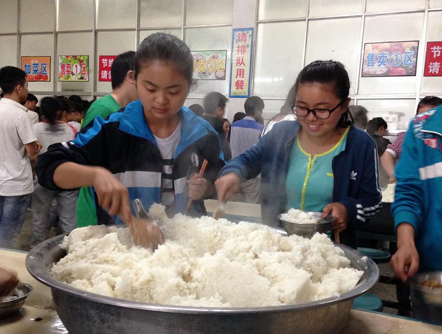 6月7日,贵州省暴雨洪涝重灾区石阡县石阡中学高考考点,考生在学校食堂打饭就餐。新华社记者 闫起磊 摄
