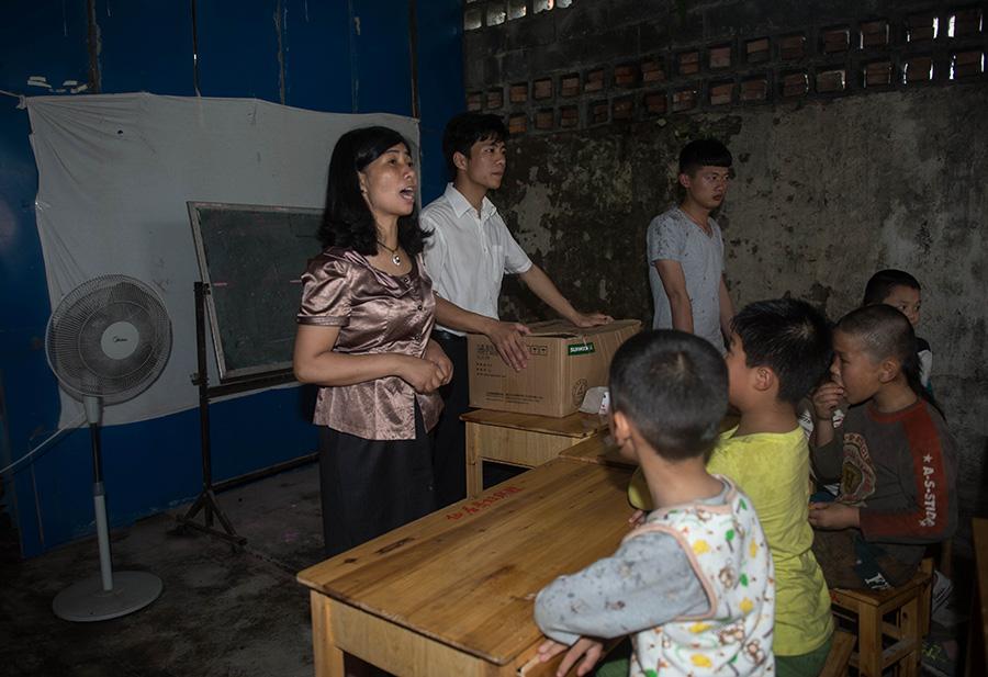 """王雪娟(左)在""""东篱之家""""照看留守儿童(5月25日摄)。新华社记者韩传号摄"""