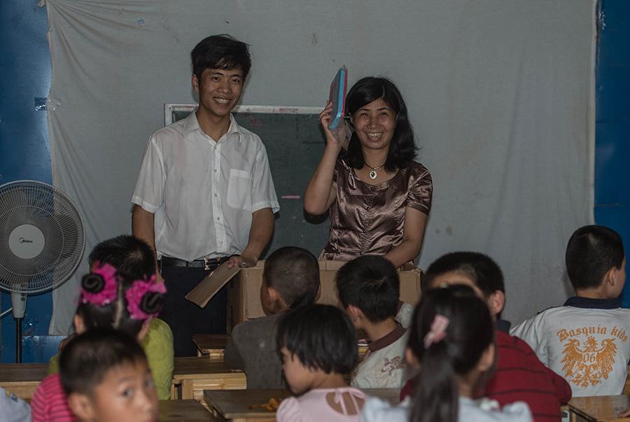 """王雪娟(后右)和她的儿子(后左)在""""东篱之家""""照看留守儿童(5月25日摄)。新华社记者韩传号摄"""