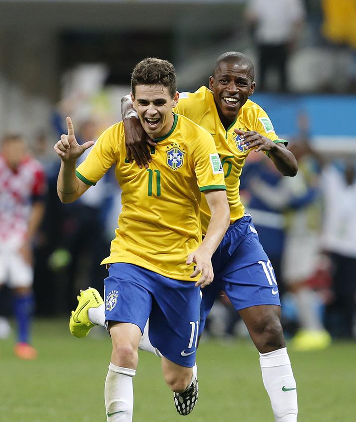 当地时间6月12日,巴西队球员奥斯卡(左)进球后庆祝。新华社记者周磊摄